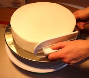 Kagedekoration for begyndere: Step 8 – sådan overtrækker du kagen med fondant