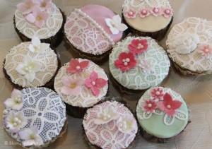 Vanilje cupcakes med hindbær, sukkerblonder og blomster på toppen