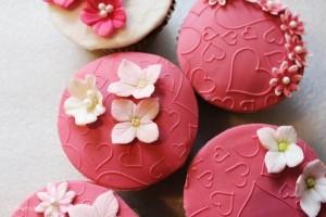 Søde jordbær cup cakes med hjerter og blomster
