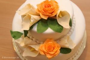 Bryllupskage med kallaliljer og roser