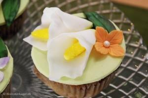 Cupcakes med kallaliljer af fondant