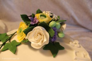 Fødselsdagskage med roser og ranunkler