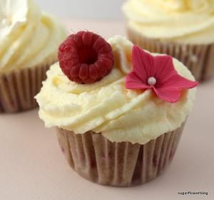 Cupcakes med hindbær og petuniaer