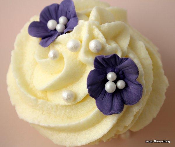 Cupcakes med blå blomster og vanilje frosting