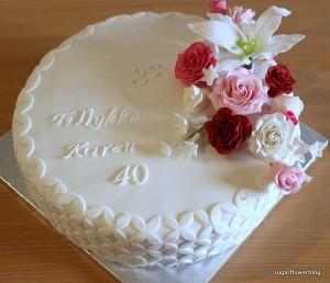Fødselsdagskage med roser, liljer og duftranker
