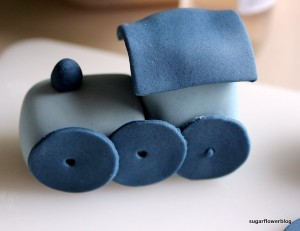 Sådan laver du et legetøjstog i fondant eller gum paste til en barnedåbskage