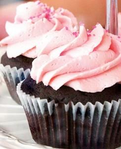Chokolade cupcakes med lækker hindbær frosting