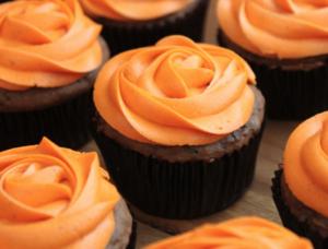 Chokolade cupcakes med appelsin frosting